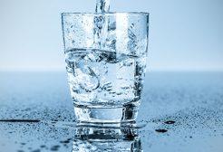 Có cần dùng máy lọc nước thay thế dùng nước khoáng không ?